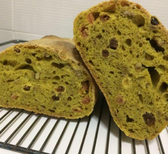 Pan de cúrcuma, pasas y nueces